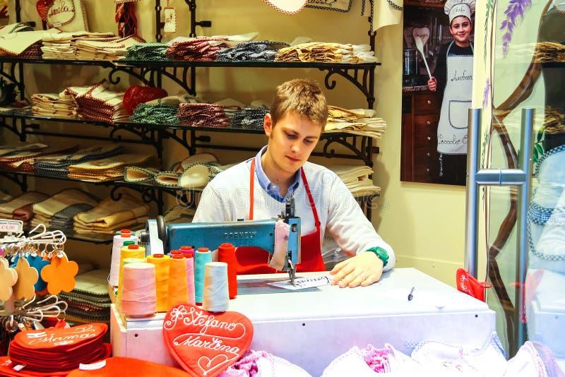 Le jeune homme travaille dans la boutique de cadeaux, Vérone, Italie photographie stock libre de droits