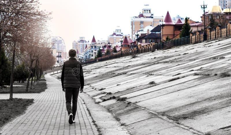 Le jeune homme va à la grande ville pendant le matin photographie stock