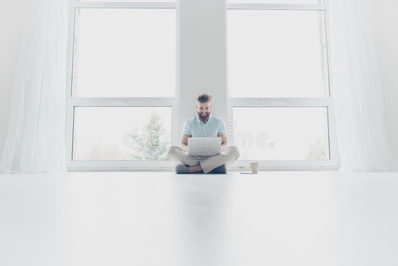 Le jeune indépendant réussi travaille à la maison, se reposant sur le f images stock