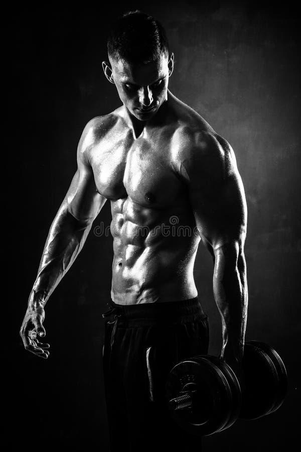 Le jeune modèle masculin sans chemise sportif de forme physique fait des exercices images libres de droits
