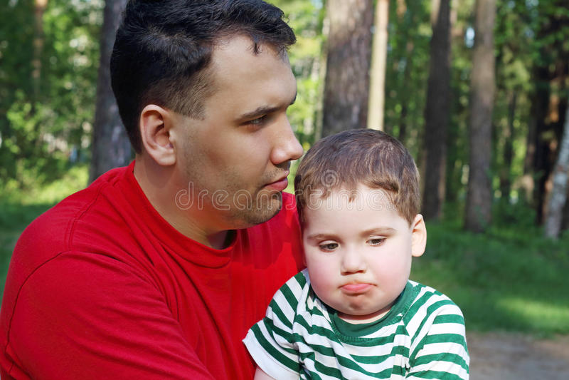 Le jeune père beau avec le petit fils mignon s'asseyent photographie stock libre de droits