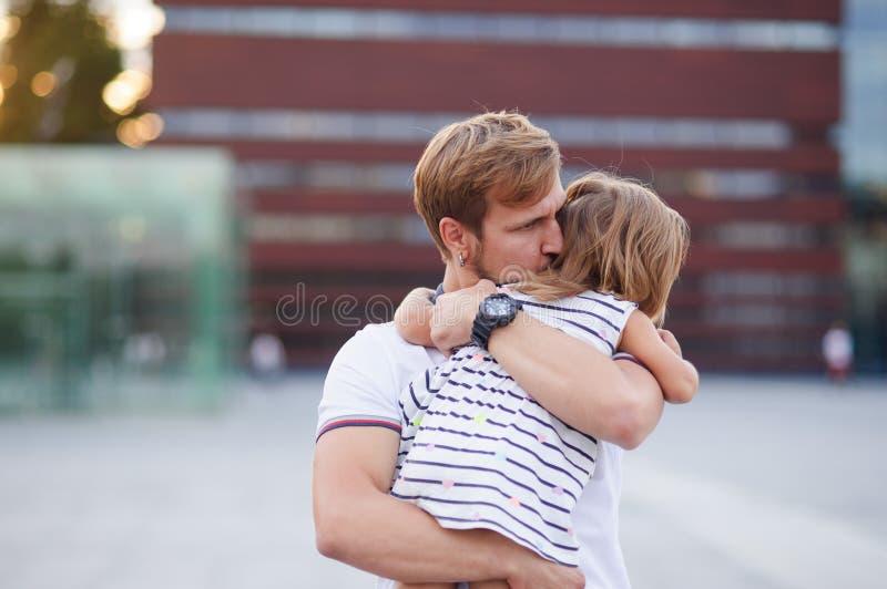 Le jeune père tient la petite fille sur des mains photo libre de droits