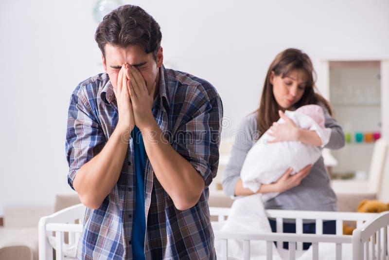 Le jeune papa ne peut pas tenir pleurer de bébé images libres de droits