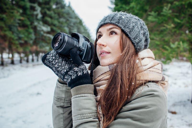 Le jeune photographe prend des photos de forêt d'hiver images libres de droits