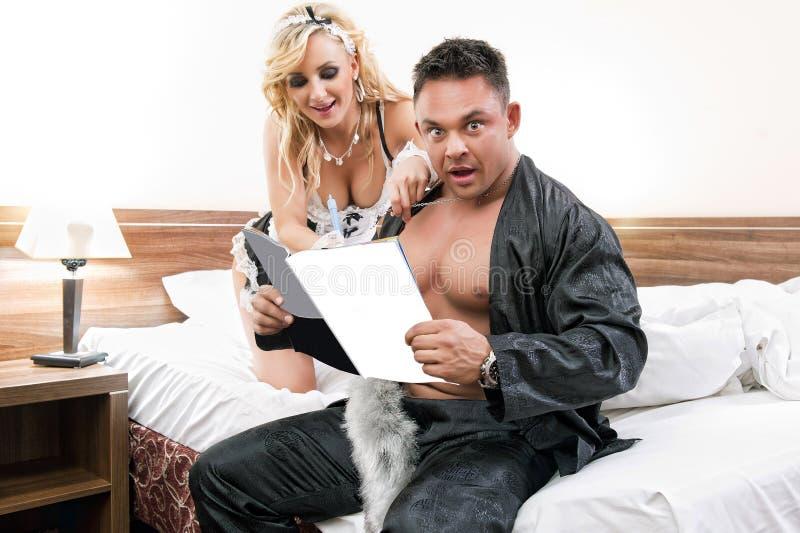 Le jeune relevé sexy de couples ensemble une revue image stock