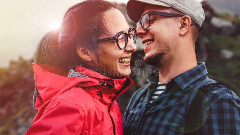 Le jeune rire de randonneurs de couples et apprécient des vacances image stock