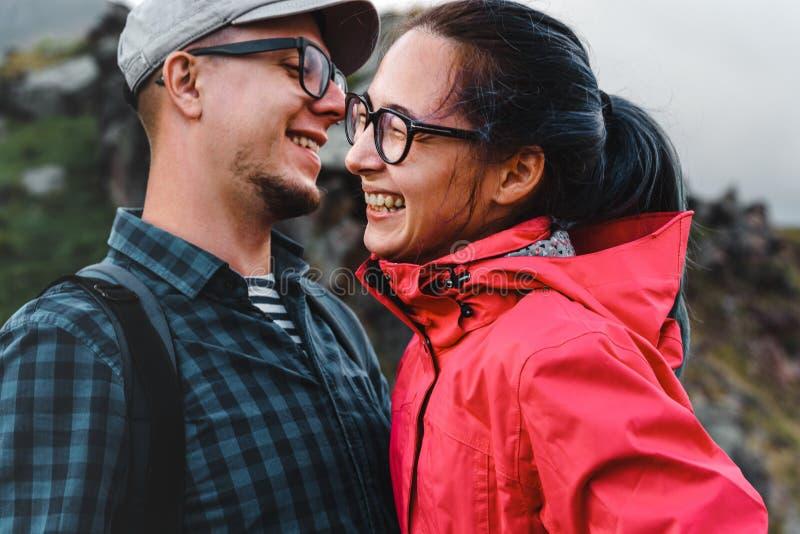 Le jeune rire de voyageurs de couples et apprécient le voyage photo libre de droits