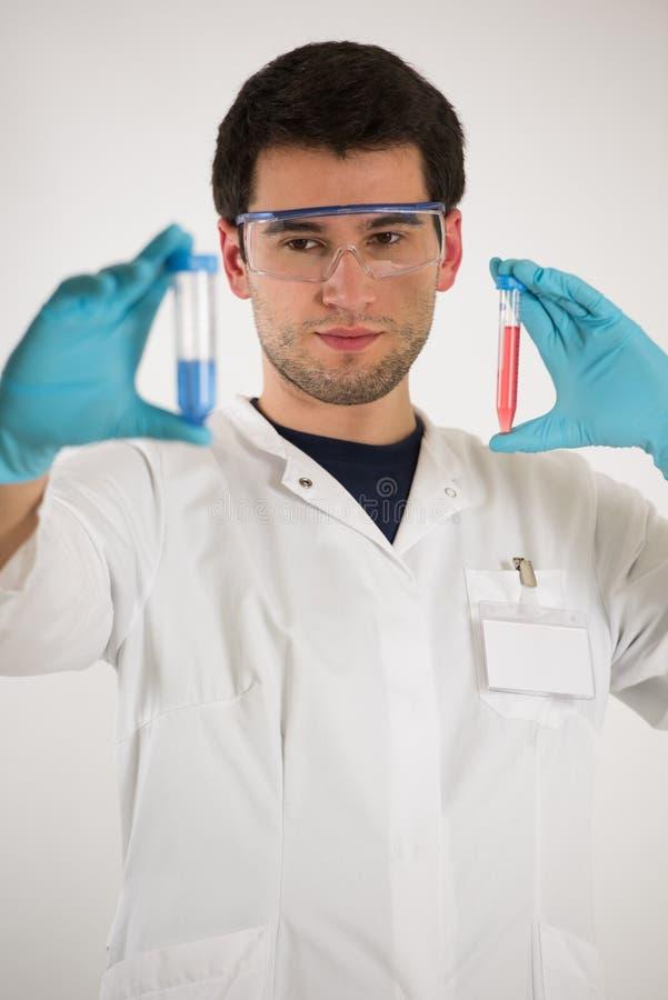 Le jeune scientifique tient des tubes image libre de droits
