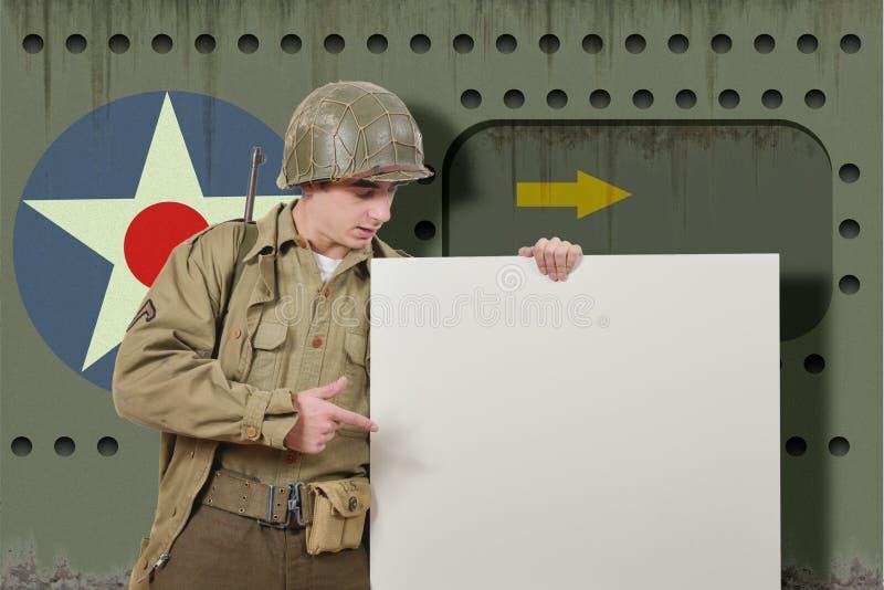 Le jeune soldat américain montre un signe photo libre de droits