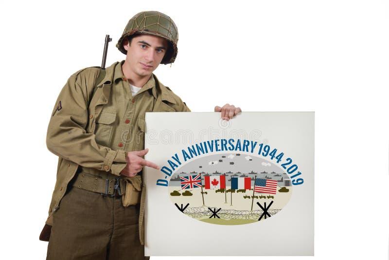 Le jeune soldat américain montre un signe photographie stock libre de droits