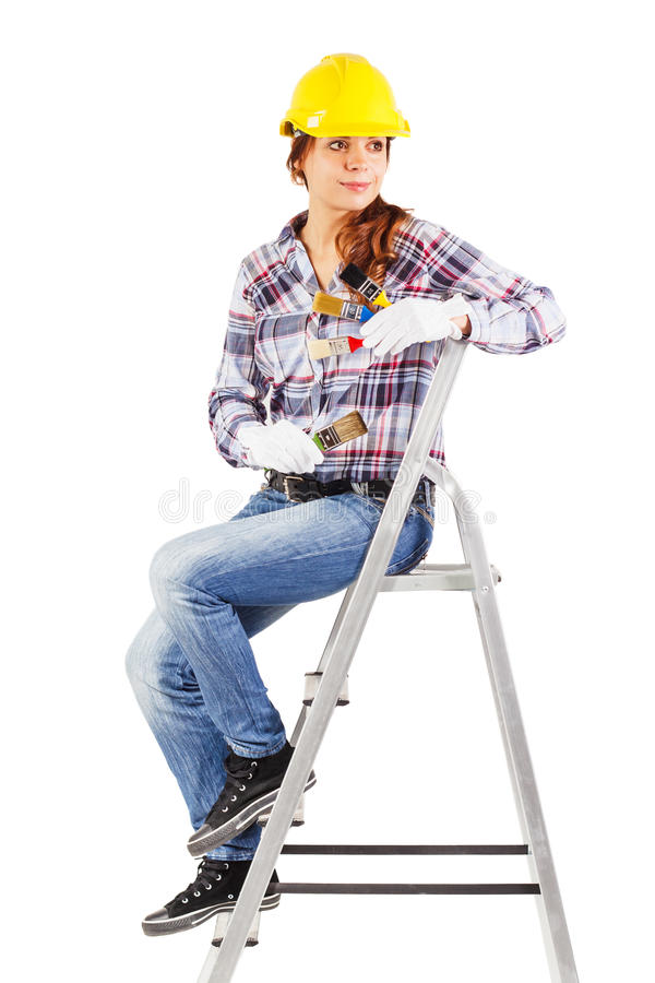 Le jeune travailleur de sourire s'assied sur les escaliers de bâtiment photo libre de droits