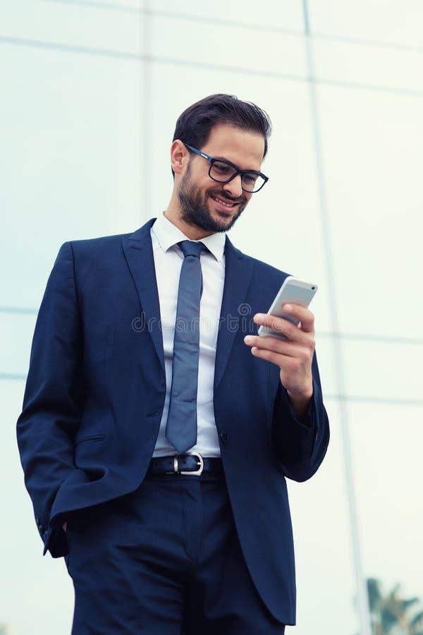 Le jeune type beau avec un costume souriant heureusement a reçu les bonnes actualités images stock