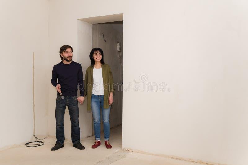 Le jeunes mari et épouse ont acheté une nouvelle maison photos stock