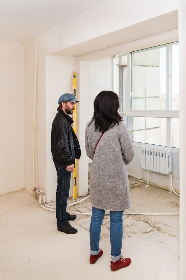 Le jeunes mari et épouse ont acheté une nouvelle maison photos libres de droits