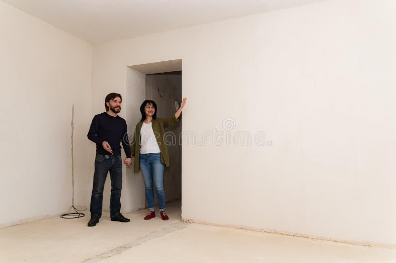 Le jeunes mari et épouse ont acheté une nouvelle maison photo stock