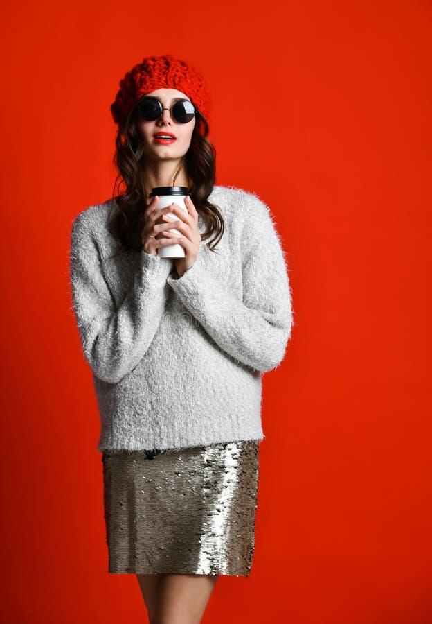 Le joli boire heureux de jeune femme café-à-vont et la pensée dans la ville images stock