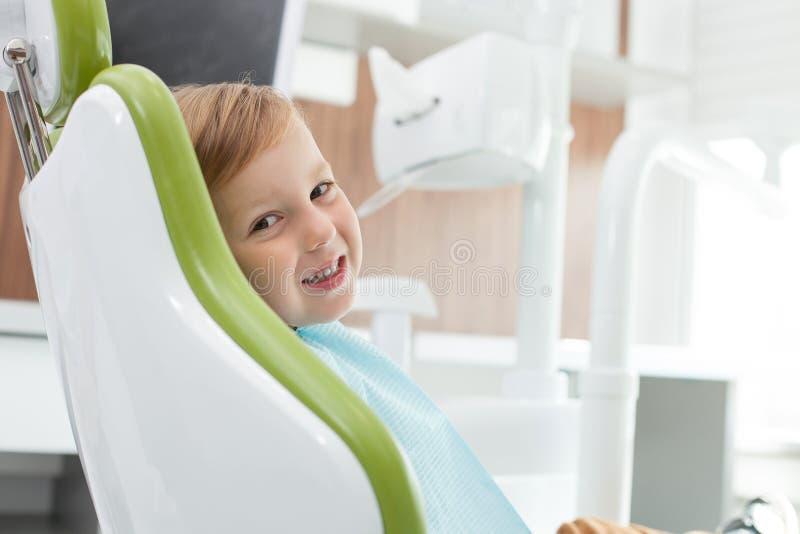 Le joli enfant masculin est venu chez le dentiste photographie stock