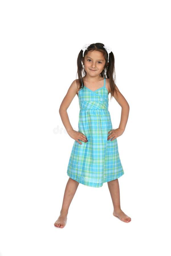 Le joli jardin d'enfants a vieilli l'enfant dans la robe bleue photo stock