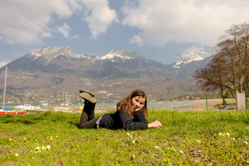 Le joli préadolescent se situe dans l'herbe verte photos libres de droits