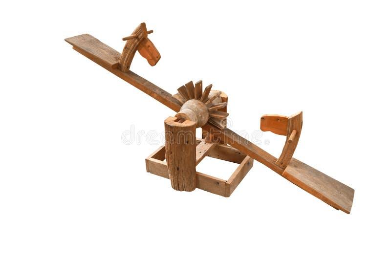 Le jouet en bois de tête de cheval pour le siège d'enfants se lèvent dessus et descendent par l'équilibrage d'isolement sur le fon images libres de droits