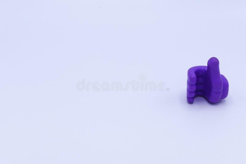 Le jouet est pouce pourpre de main environ comme images stock
