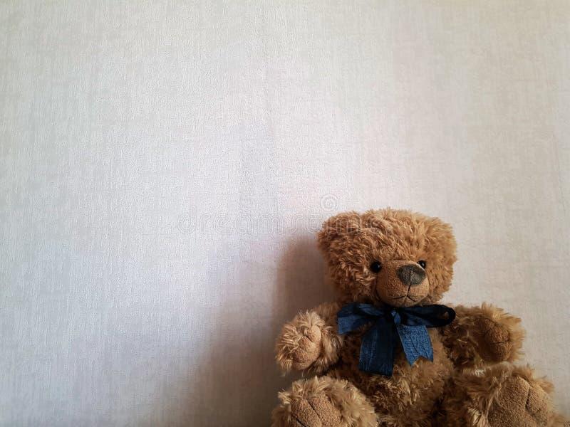 Le jouet mignon de b?b? concernent un b?b? blanc de backgroundCute que le jouet concernent un fond blanc photos libres de droits