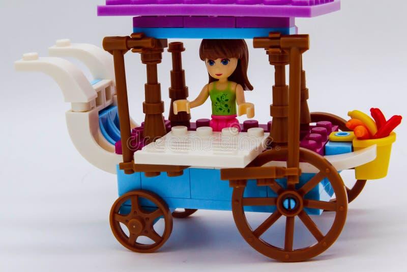 Le jouet thaïlandais transporte en charrette la fille modèle photo libre de droits
