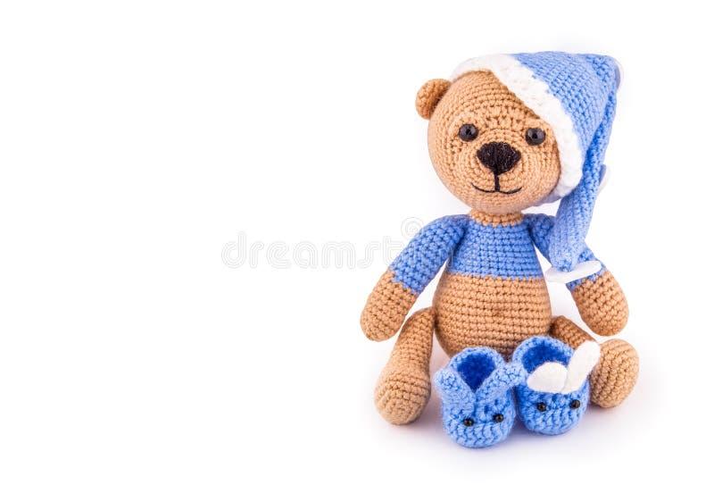 Le jouet tricoté concernent le fond blanc Ours de nounours à crochet Teddy Bear images stock