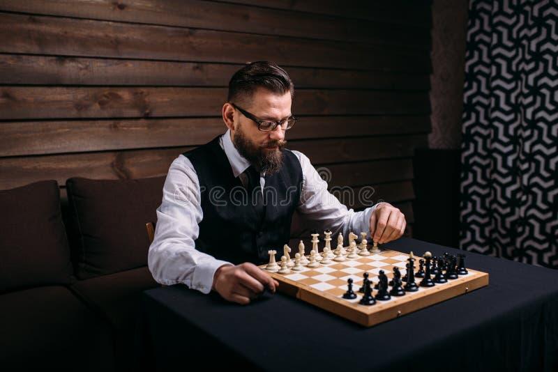 Le joueur d'échecs masculin sérieux entreprend la démarche de victoire photographie stock libre de droits