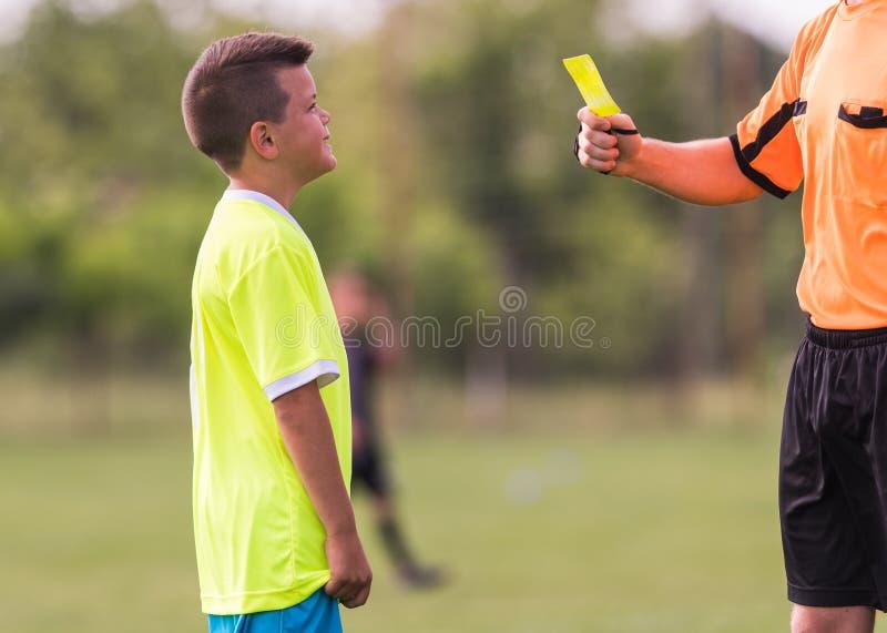 Le joueur d'enfants en bas âge obtient la pénalité dans le jeu de football photographie stock