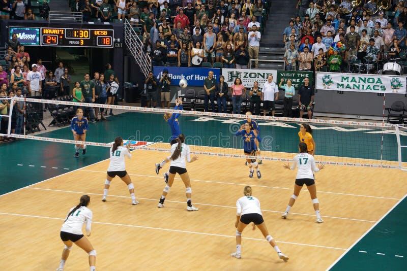Le joueur d'UCSB tire une volée le volleyball à l'équipier en tant que joueurs des femmes d'UH images stock