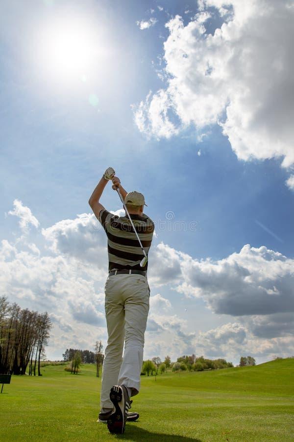 Le joueur de golf masculin a fini son tir photo libre de droits