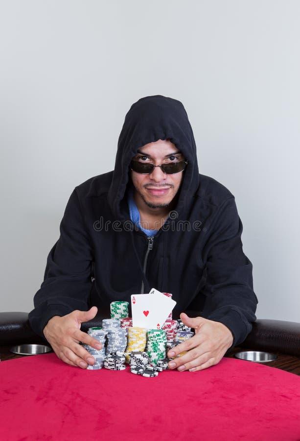 Le joueur de poker sourit avec des as de poche images stock