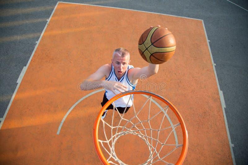 Le joueur de rue de basket-ball faisant un claquement trempent images stock