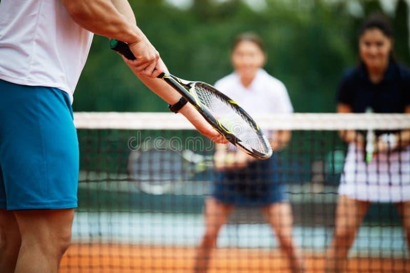Le joueur de tennis dispose ? servir la boule pendant le match de tennis photographie stock libre de droits