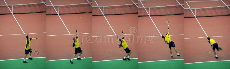 Le joueur de tennis lance la bille, série photographie stock