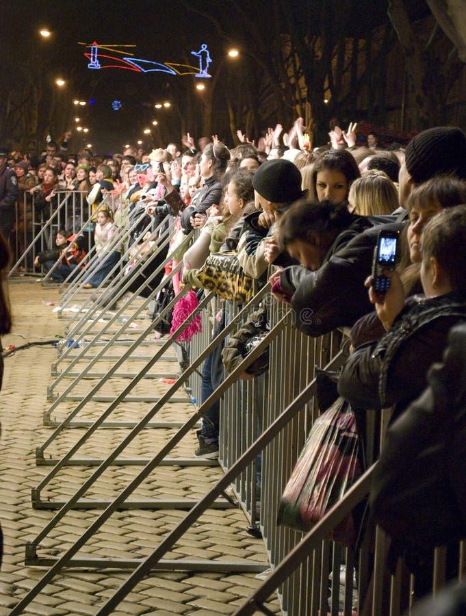 Le jour d'imbécile d'avril : les gens observent le concert libre photographie stock
