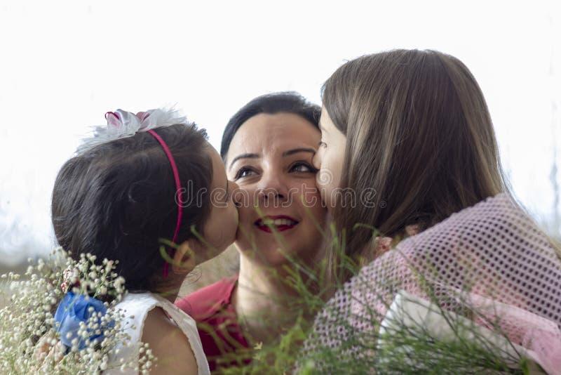 Le jour de mère heureux avec des enfants image stock