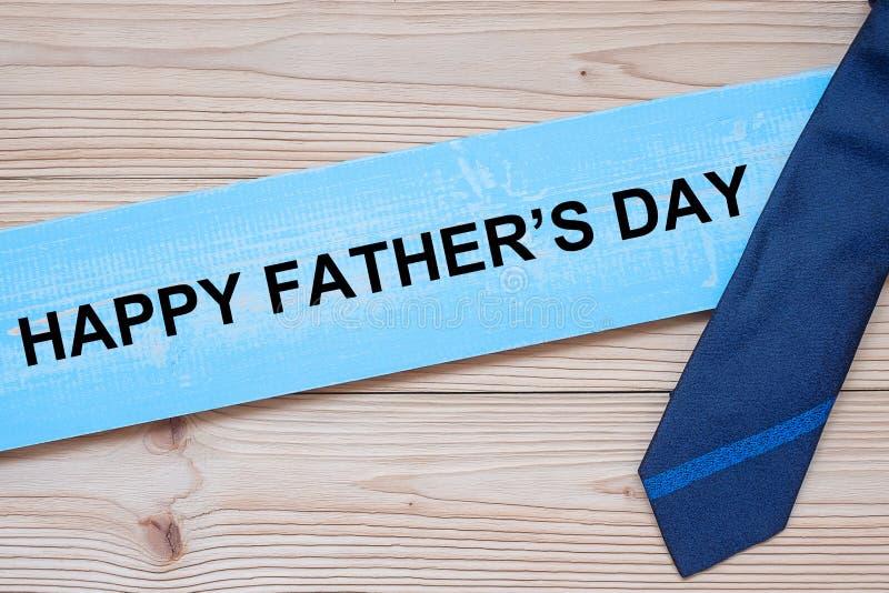 Le jour de p?re heureux avec les cravates bleues sur le fond en bois Concepts internationaux du jour d'hommes photos stock