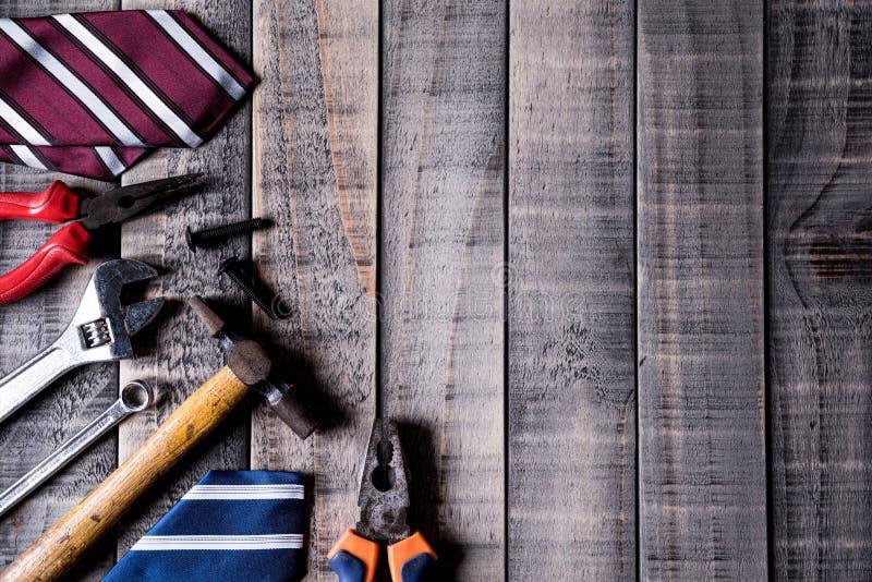 Le jour de p?re heureux Frontière de vue supérieure des outils et des liens sur le fond en bois foncé de table Configuration plat images libres de droits