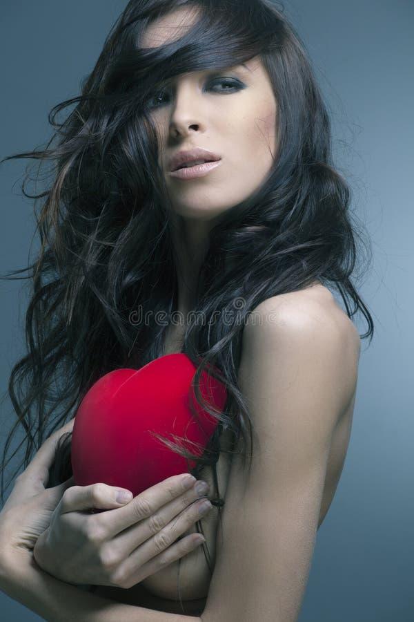 Le jour de Valentine. Beau femme avec un cadeau photographie stock