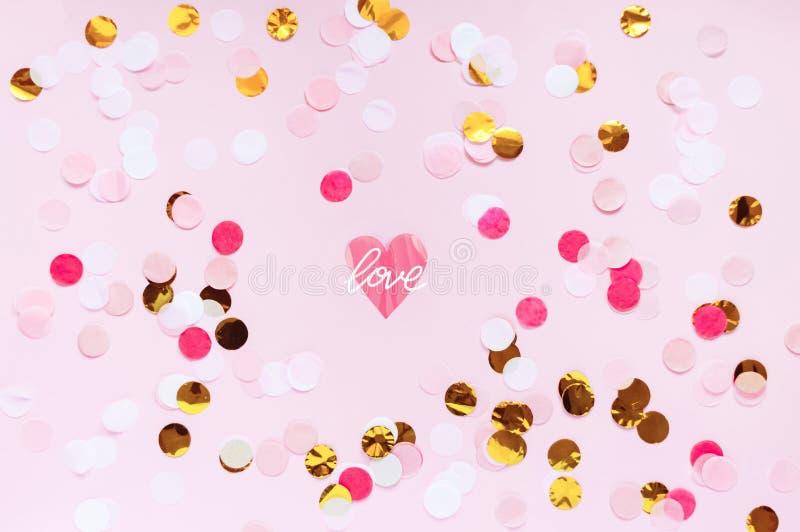 Le jour de valentines, aiment le fond de salutation rose L'appartement s'étendent avec le modèle de point coloré images stock