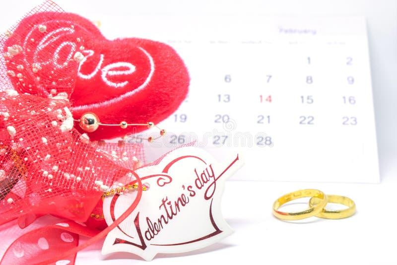 Le jour de valentines, l'amour de carte de coeur, le calendrier de février et l'anneau sur le fond blanc - foyer sélectif images libres de droits