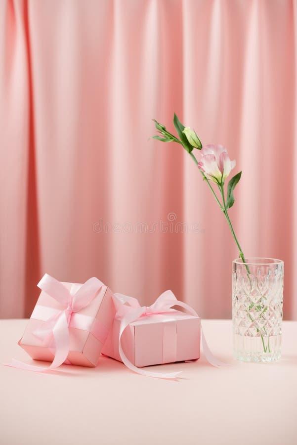 Le jour des femmes internationales de Saint-Valentin et du 8 mars Cadeaux pour aimé photo stock