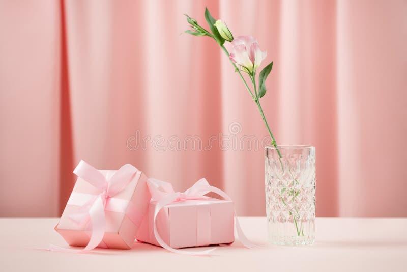 Le jour des femmes internationales de Saint-Valentin et du 8 mars Cadeaux pour aimé photographie stock
