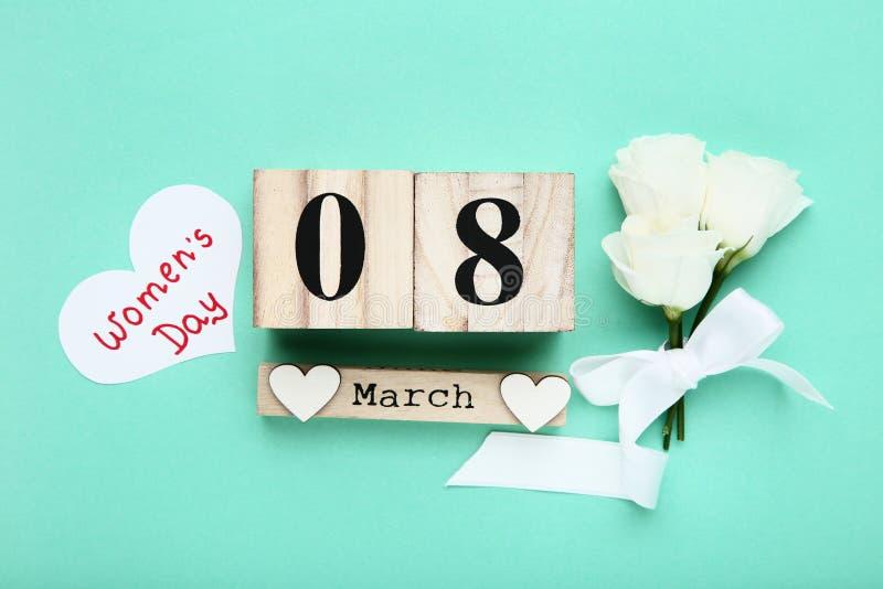 Le jour des femmes sur le calendrier avec des coeurs photo stock