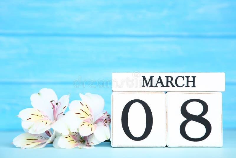Le jour des femmes sur le calendrier avec des fleurs photos stock