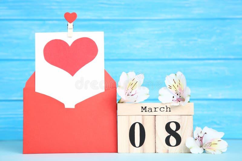 Le jour des femmes sur le calendrier avec des fleurs image stock