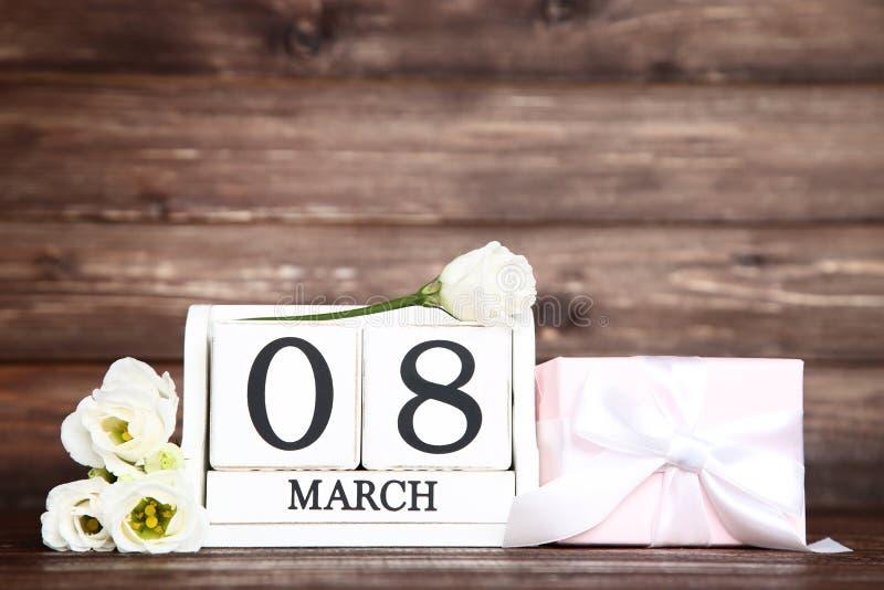 Le jour des femmes sur le calendrier avec des fleurs photo libre de droits