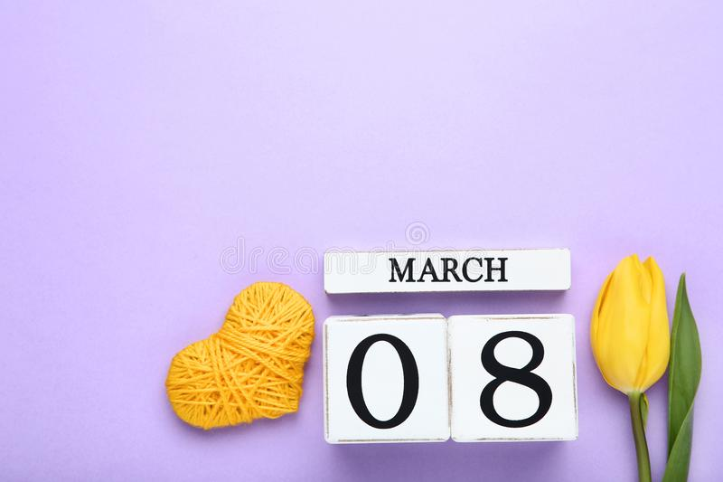 Le jour des femmes sur le calendrier avec la fleur de tulipe image stock